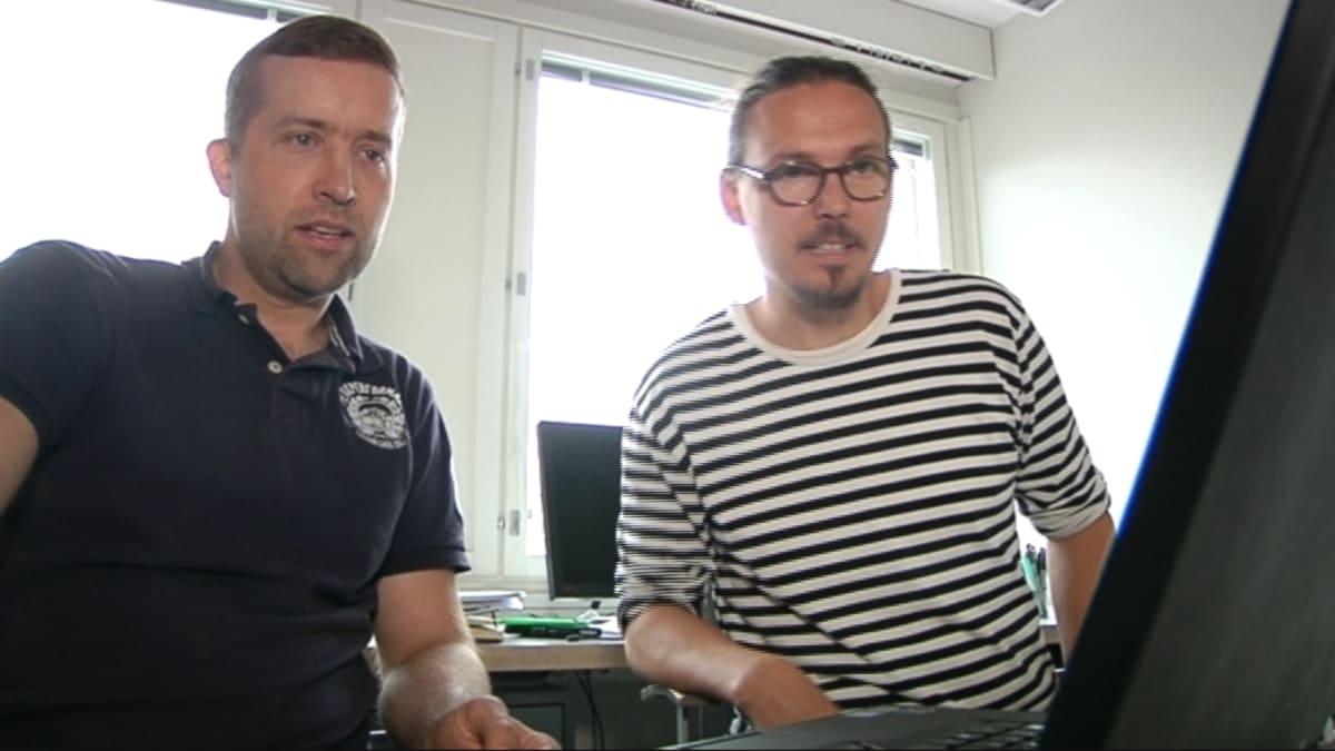Kaksi miestä katsoo kannettavan tietokoneen ruutua