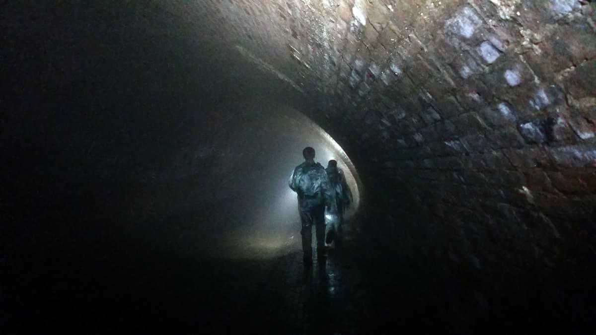 Tunnelissa olivat otsalamput ainoa valaistus.