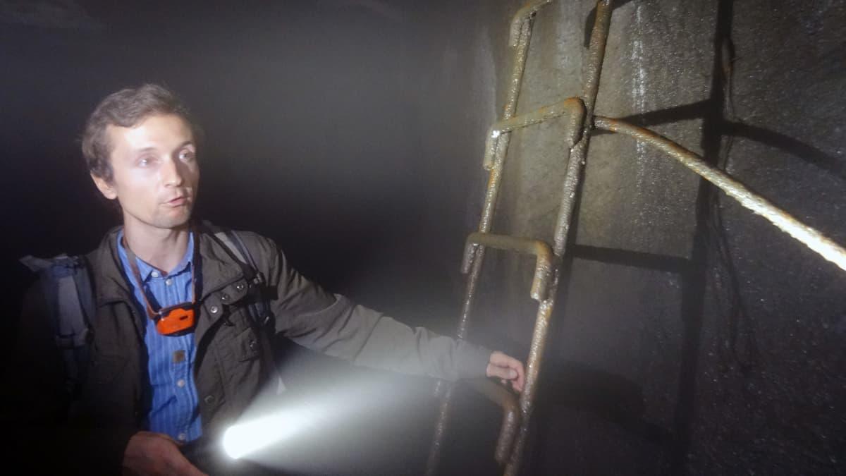 Tällaista tikasta pitkin pitää pelastatutua, jos veden pinta tunnelissa nousee.
