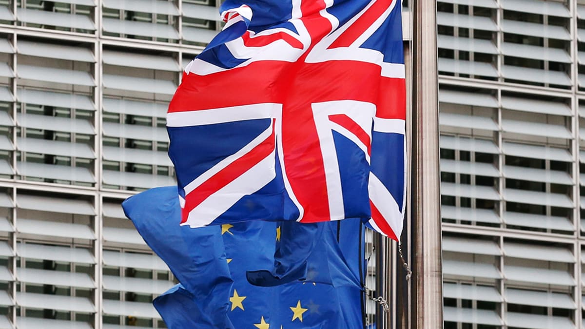 Britannian ja EU:n liput liehuvat lipputangoissa Brysselissä.