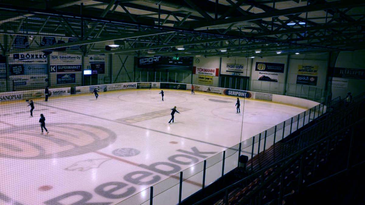 Taitoluistelijat harjoittelevat Iisalmen jäähallissa