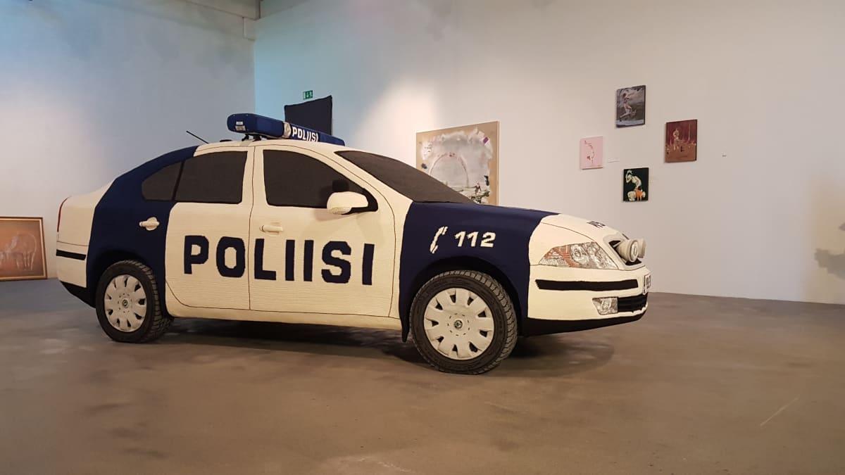 Kaija Papun virkattu poliisiauto näyttää kaukaa oikealta.