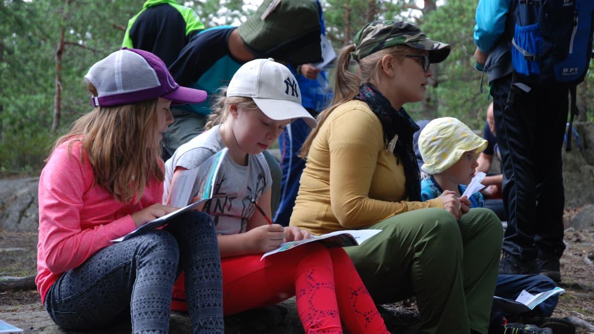 Eräkummi opastaa lapsia luontoasioihin.