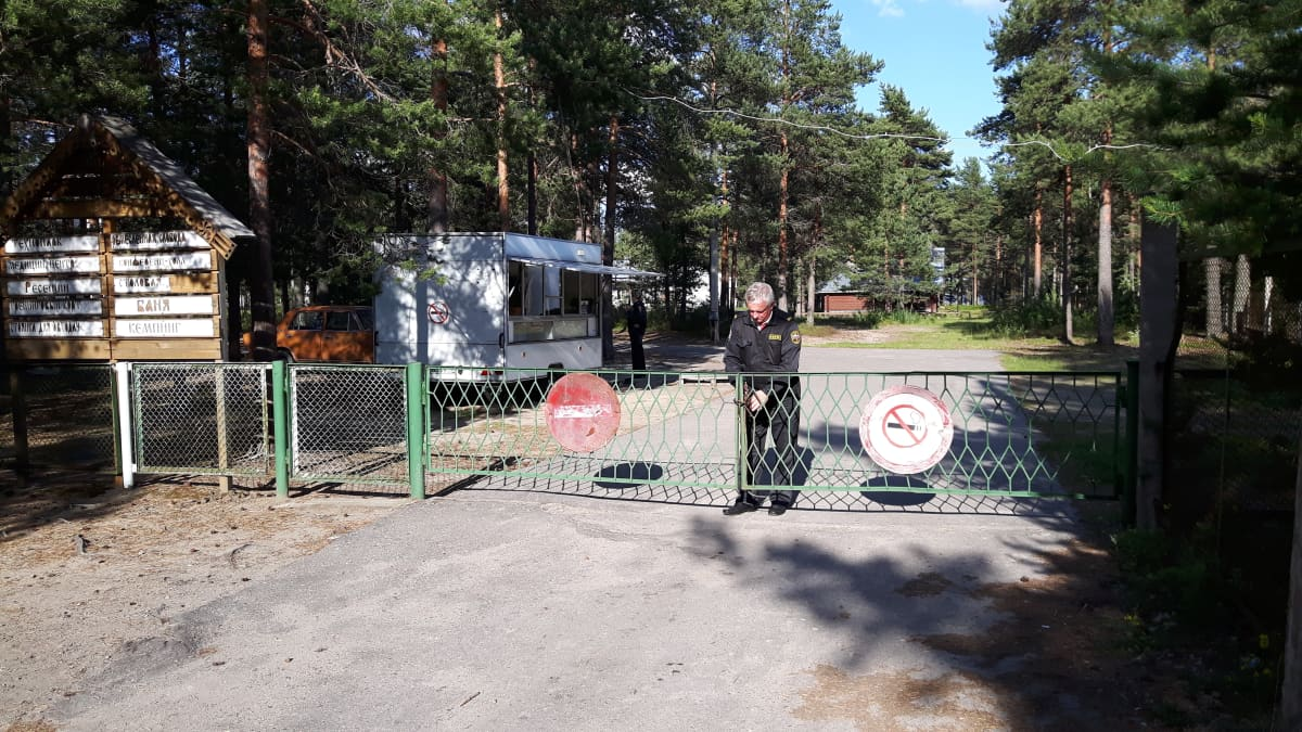 Säämäjärven leirikeskuksen portti.