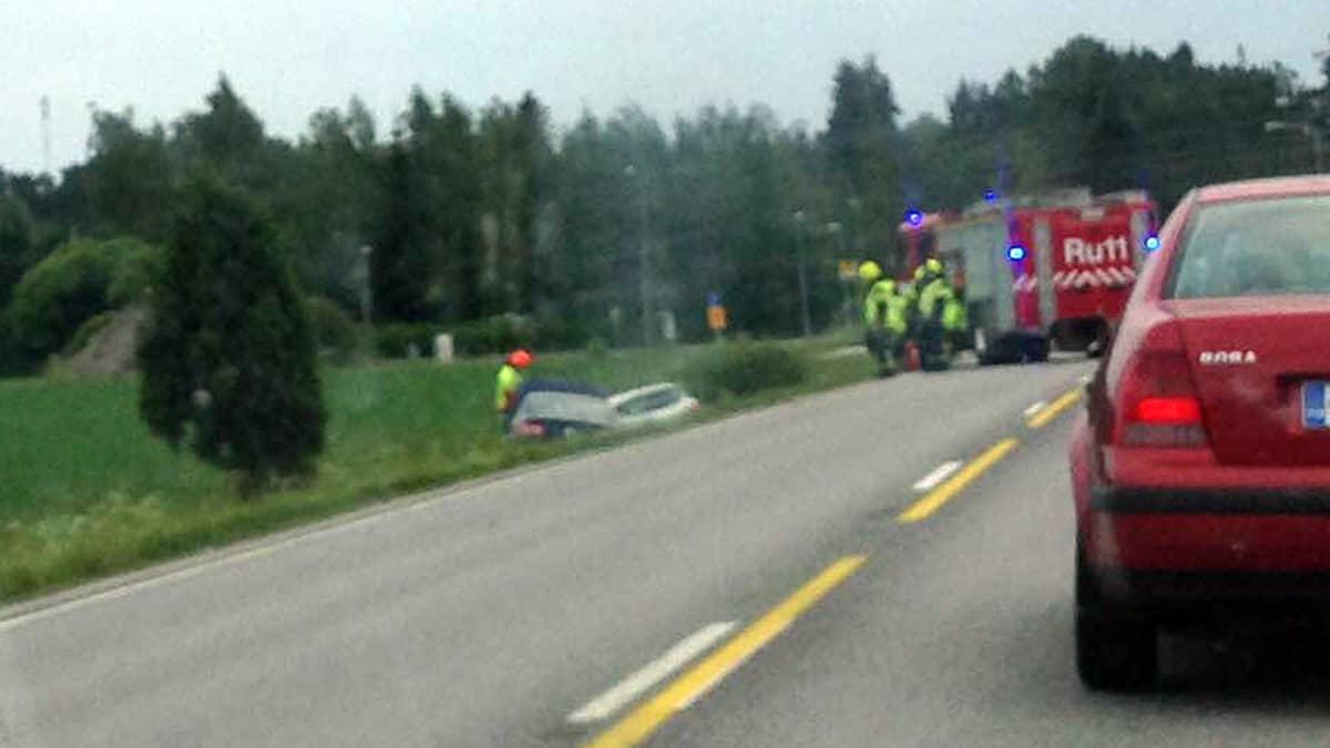 Onnettomuus Vahdotiellä. Kaksi auto ojassa.