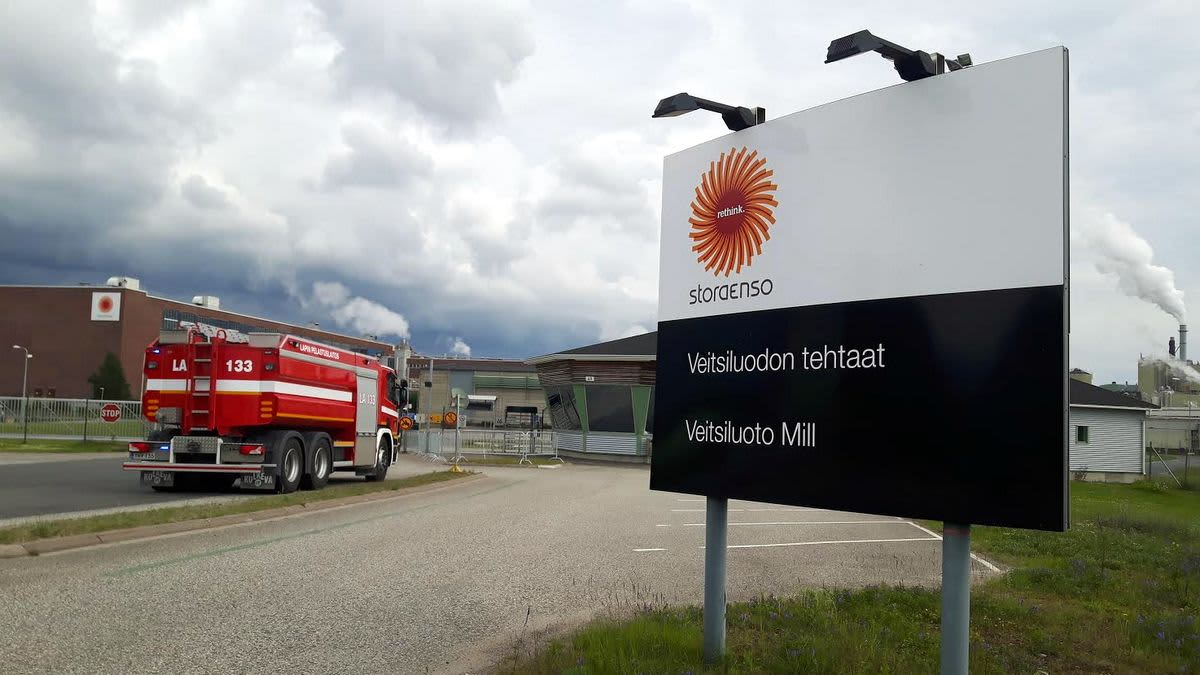 Paloauto Kemin Veitsiluodon tehtaan portilla.