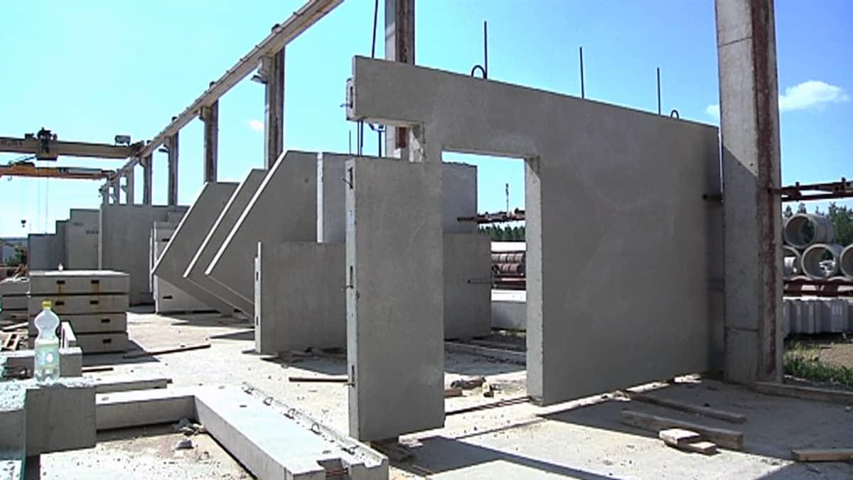 Asuinkerrostaloja varten tarkoitettuja betonielementtejä Kouvolan Betonin tehtaalla.