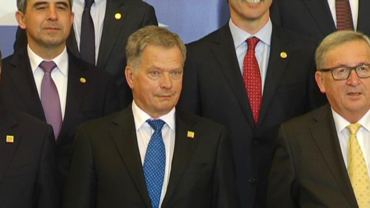 Presidentti Sauli Niinistö ryhmäkuvassa Naton Varsovassa.