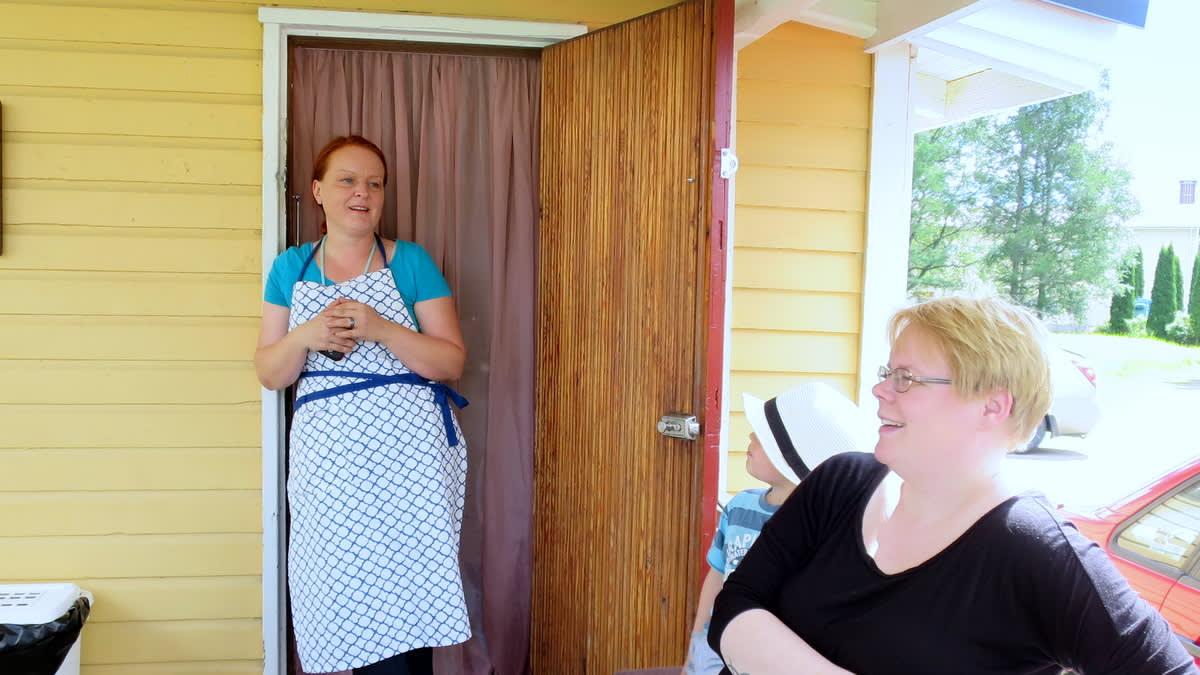 Kaksi naista keskustelevat valoisalla terassilla