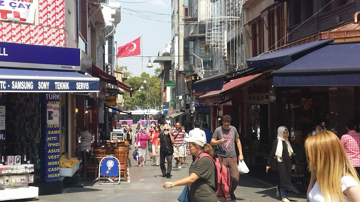Istanbulilaiset kävelevät Kadiköyn kaupunginosassa.