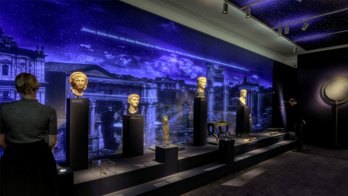 Patsaita näytteillä museonäyttelyssä.