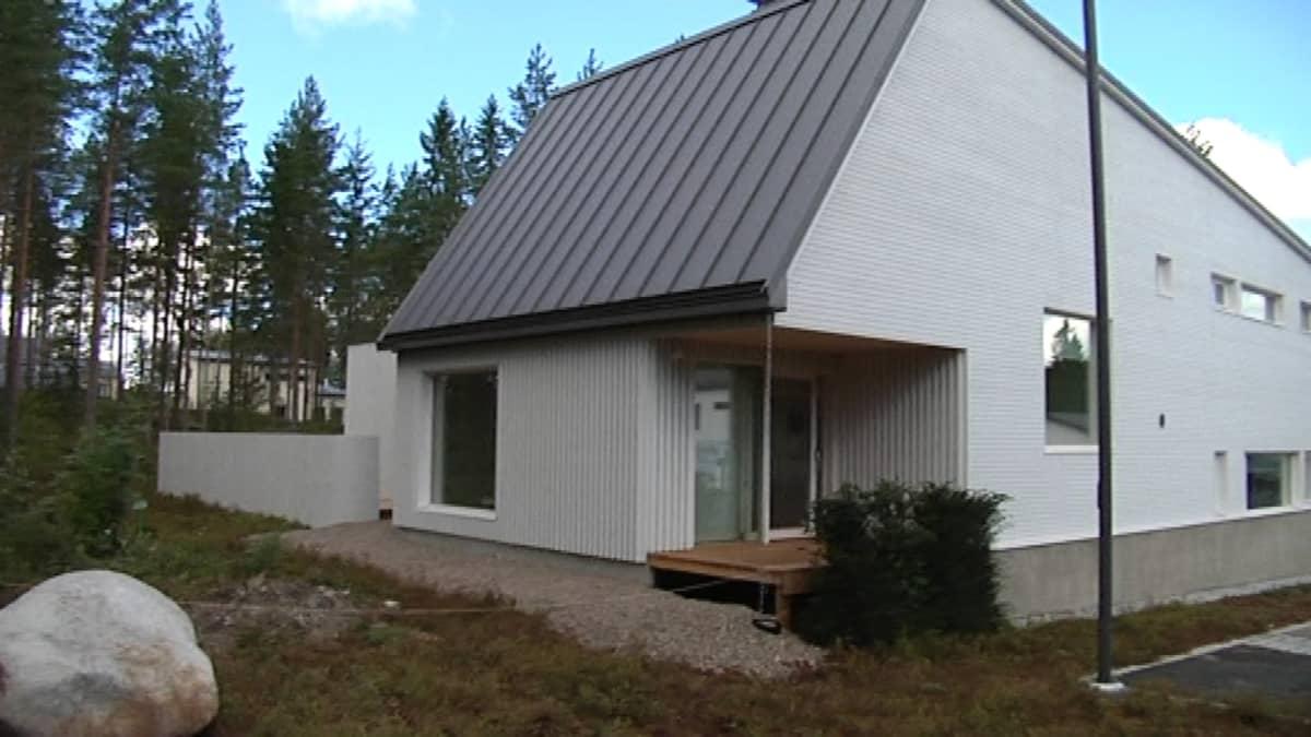 Arkkitehti Teemu Hirvilammen suunnittelema talo Seinäjoen Pruukinrannassa.