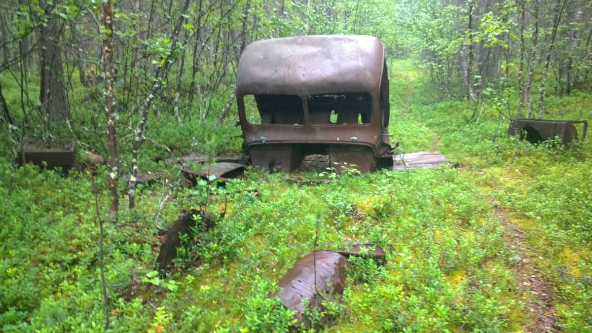 Auton raato vanhalla saksalaisella sairaala-alueella Inarissa