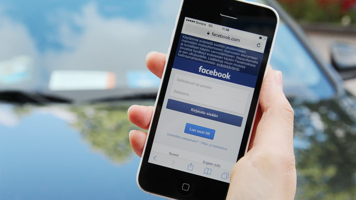 Facebook auki mobiilissa.