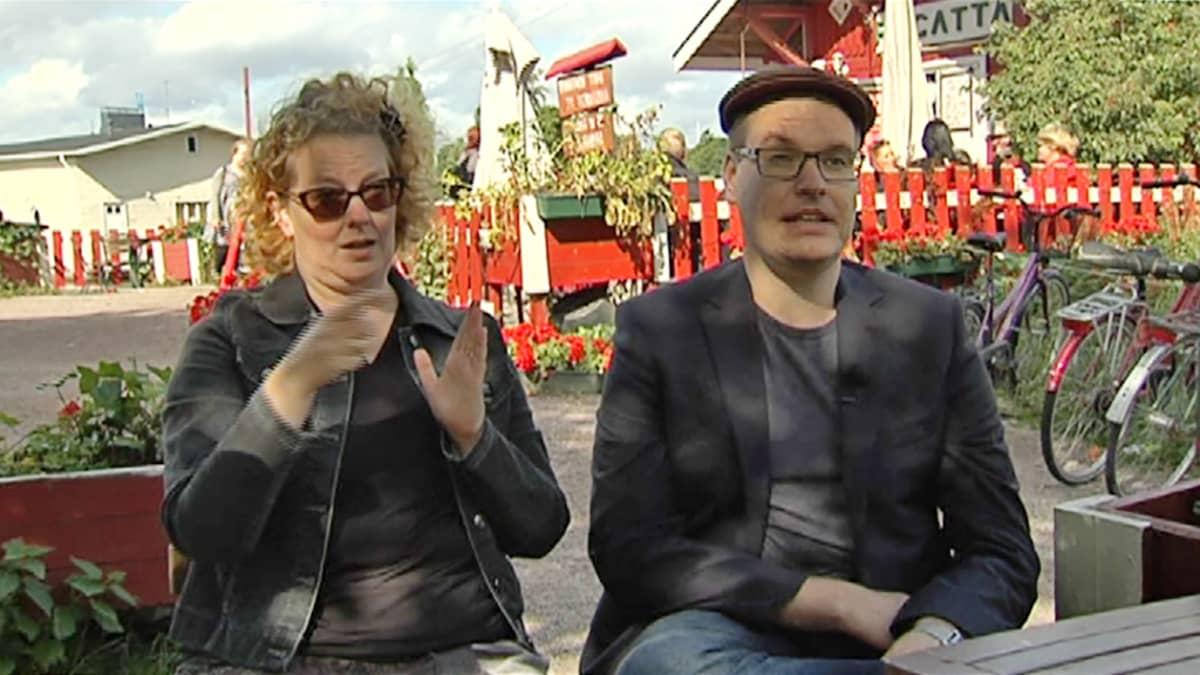 Projektikoordinaattori Daniel Saarinen ja viittomakielen tulkki Hannaliisa Huhtinen.