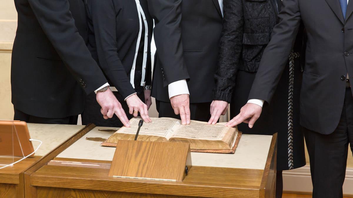 Sipilän hallituksen ministereitä vannomassa virkavalaa 29.5.2015