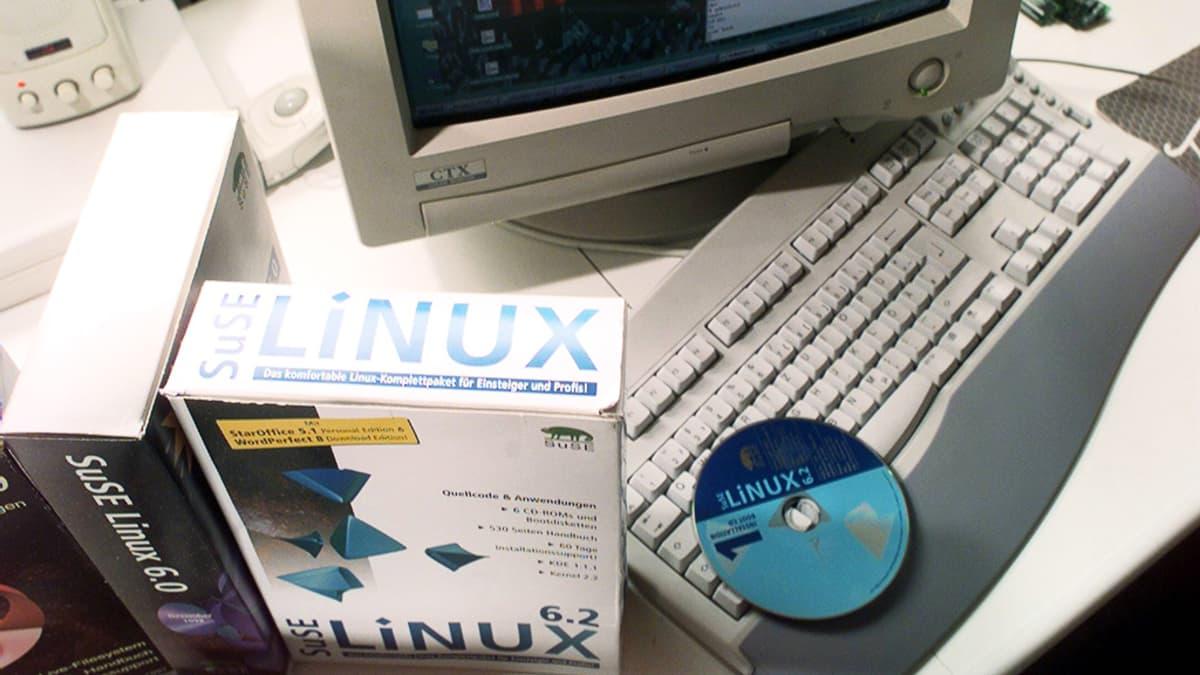Linux-asennuslevy pakkauksineen tietokoneen näppäimistöllä.
