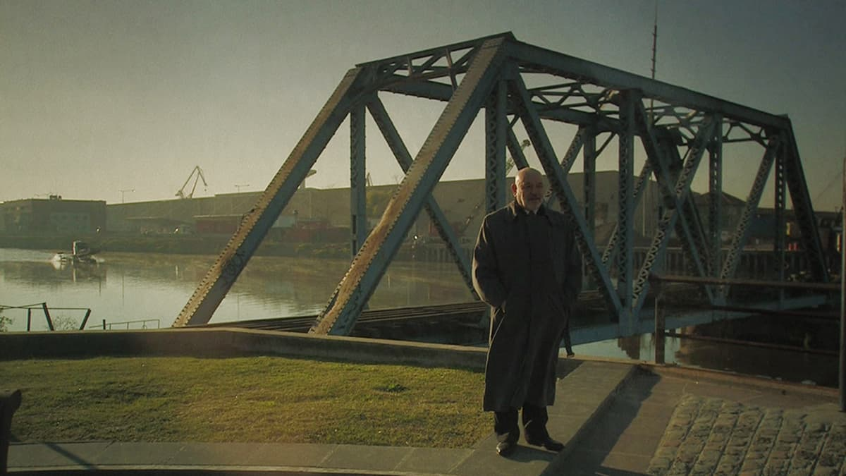 Mies sillna edessä.