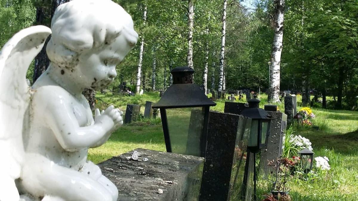 Enkelipatsas hautakiven päällä.