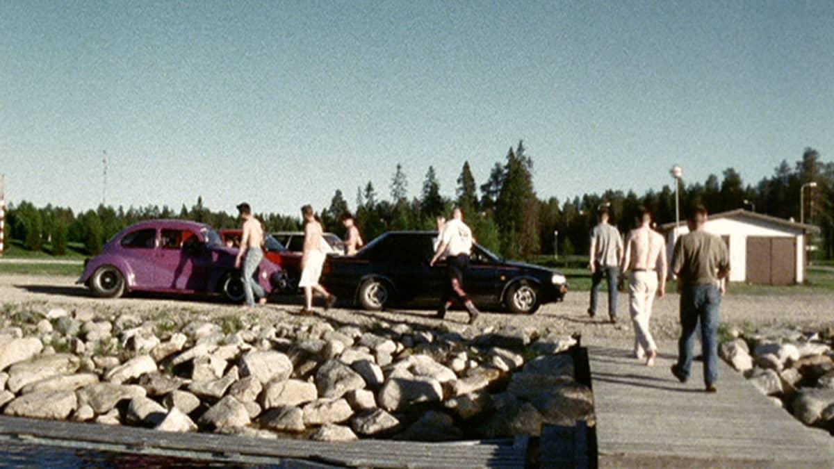 Kuvassa dokumentin poikia ja autoja kesäisellä rannalla.