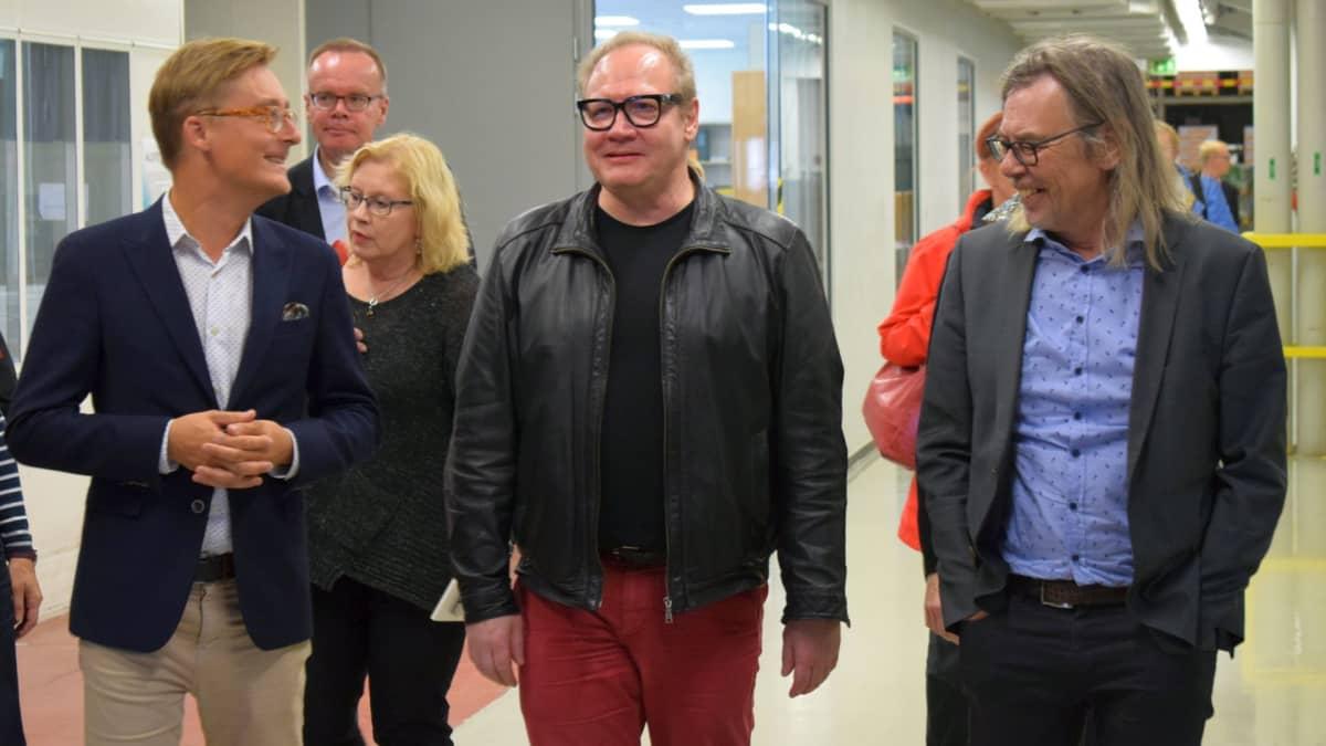Otavan pääkonttorista Helsingistä saapui pikkubussillinen vieraita Keuruun painoon.