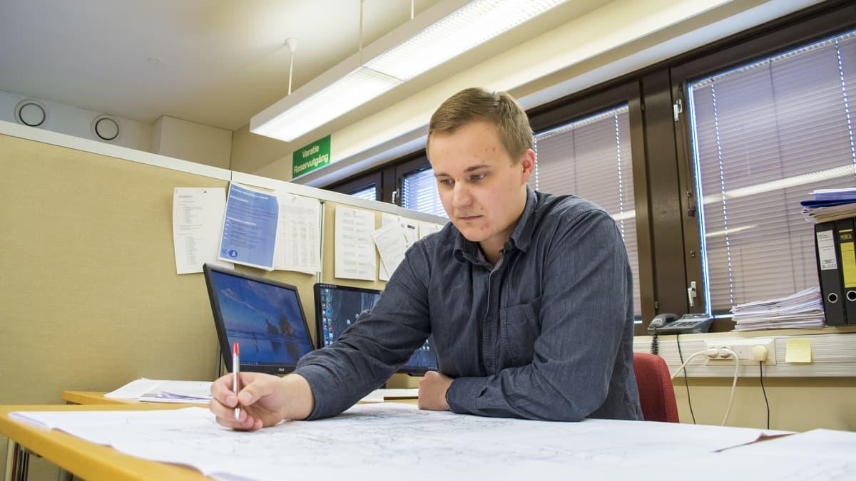 Sähkösuunnittelija Henri Holappa työskentelee.
