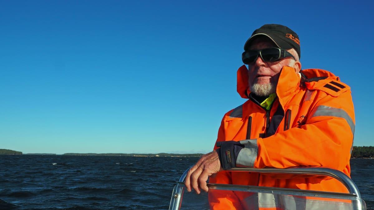 Raimo Kettunen ajaa venettä