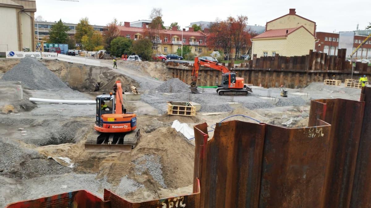 Vilkastunut asuntorakentaminen näkyy myös Oulun keskustassa. Maansiirtotöitä tehdään muun muassa entisen taidekouluntontilla, jonne nousee uusia asuintaloja.