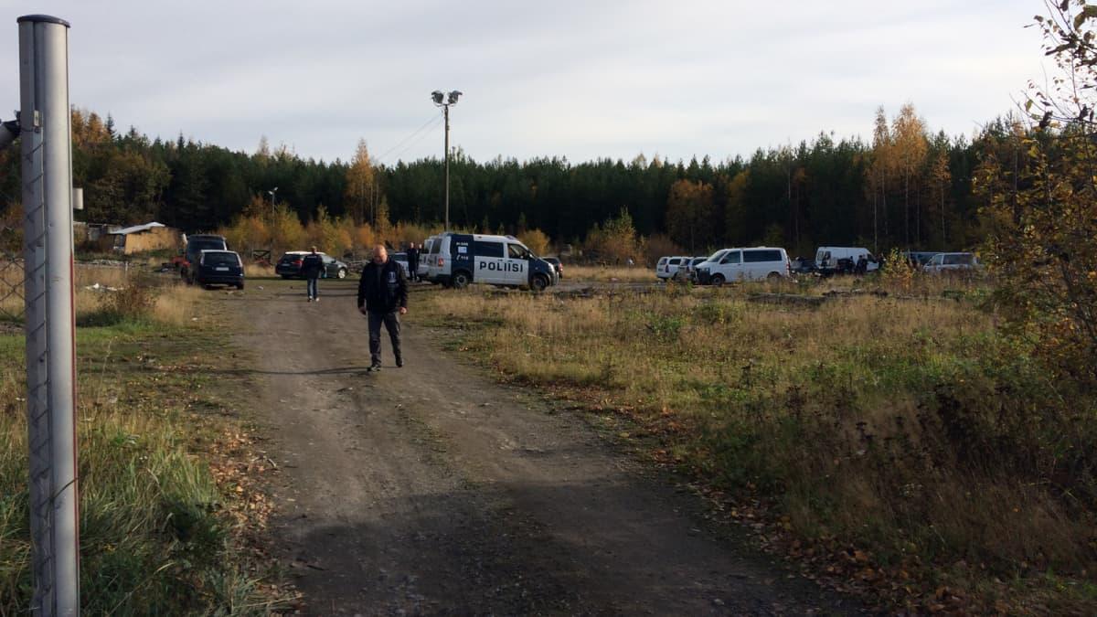 Poliisiautoja ja poliisi maastossa