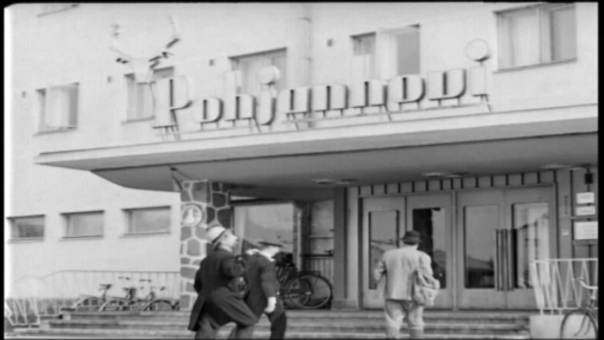 Kuva Rovaniemen markkinoilla -elokuvasta. Esa Pakarinen, Reino Helismaa ja Jorma Ikävalko ovat menossa Pohjanhoviin.