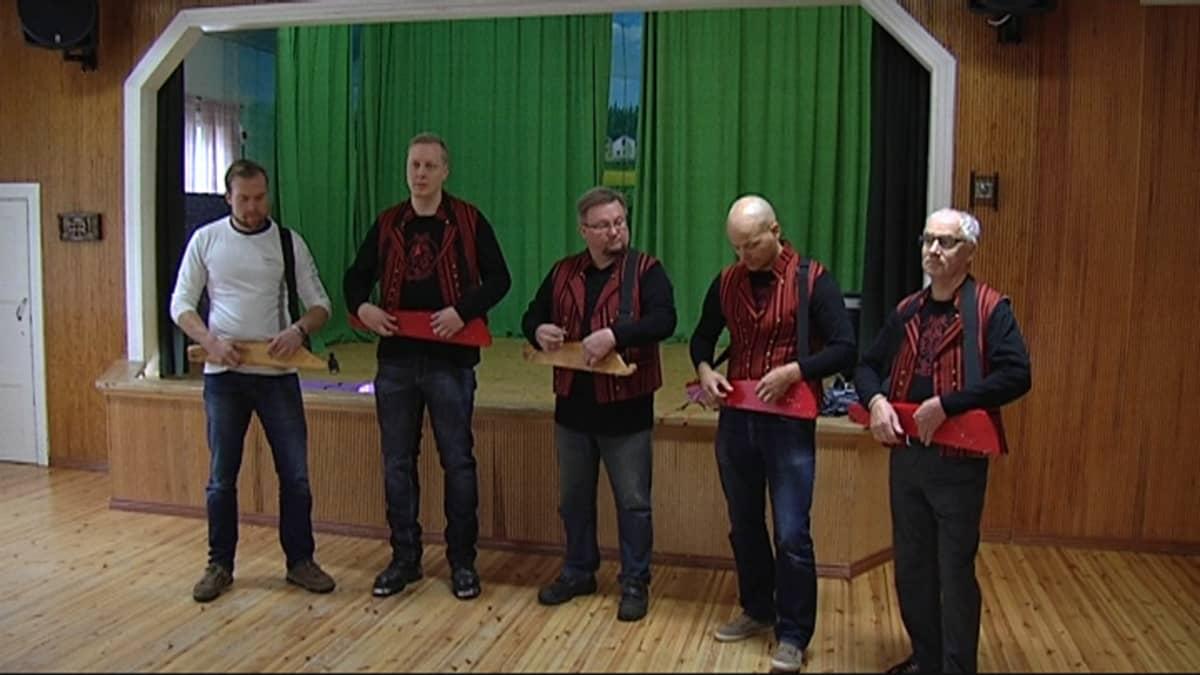 Äijäkanteleet-yhtye soittaa Aitomäen nuorisotalossa Kouvolassa