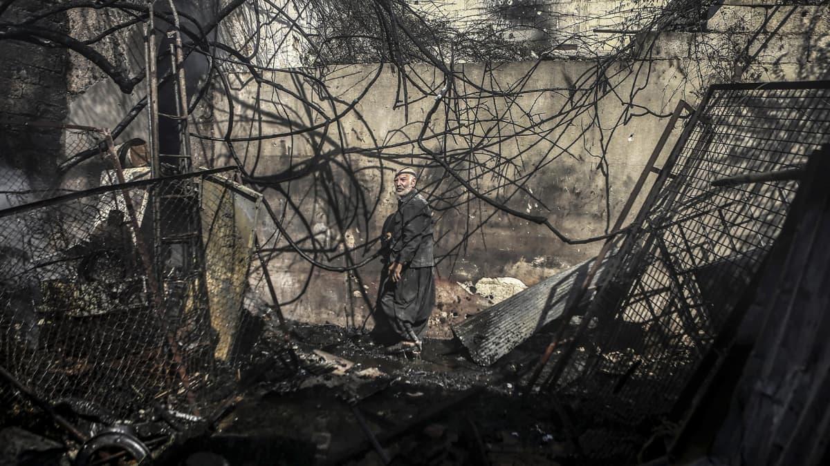 Syyrialainen Abu Suobhi Ooyun tutkii pommituksissa tuhoutunutta kotiaan Doumassa