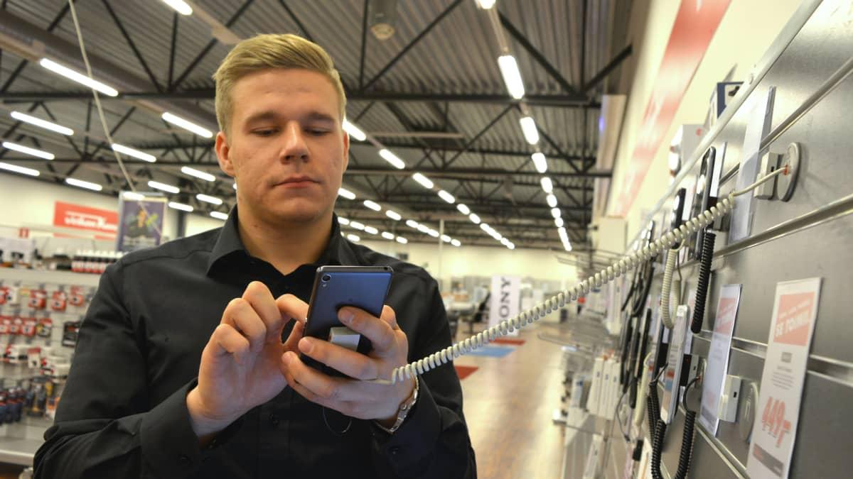 Kajaanin Veikon Koneen myyjä Matias Romppainen.