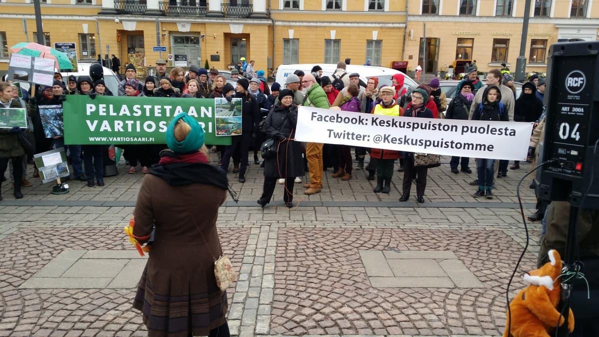 Mielenosoittajat vaativat mm. Vartiosaaren ja Keskuspuiston säilyttämistä kyltein.