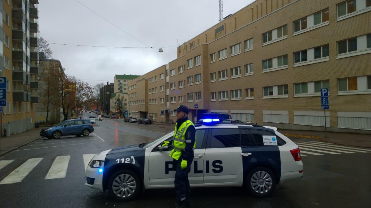 Poliisi on katkaissut liikenteen Turun Linnankadulla.