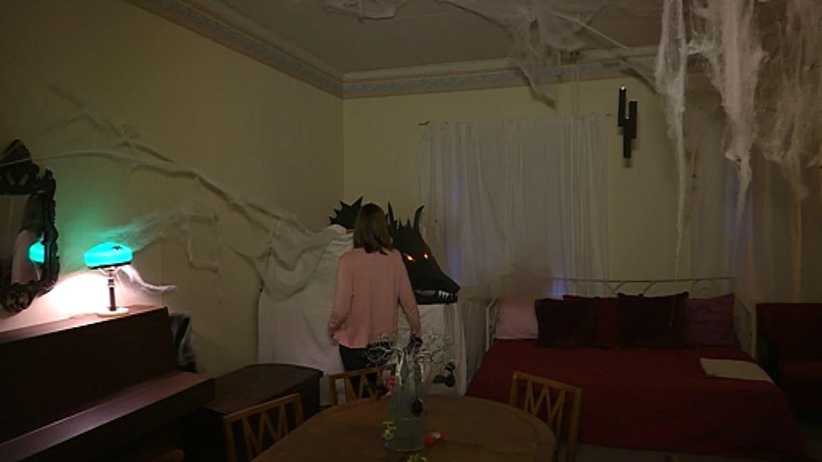 Vanhan maalaistalon sali on koristeltu halloweenjuhlaa varten.