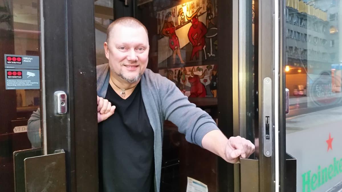 Sami Lappalainen ravintolan ovella