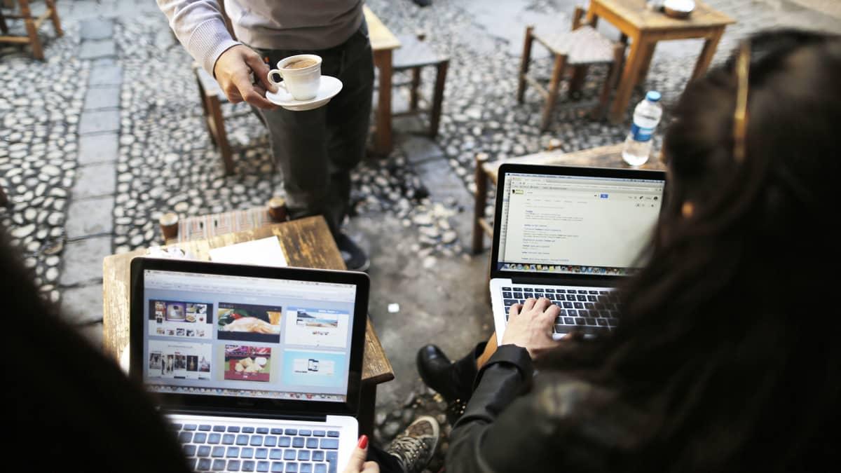 Nuoria tietokoneineen kahvilassa Istanbulissa maaliskuussa 2014, jolloin sosiaalisen median palvelu Twitteriin pääsy estettiin maassa väliaikeisesti.