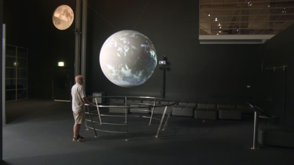 Veikko Paakkanen planetaariossa.