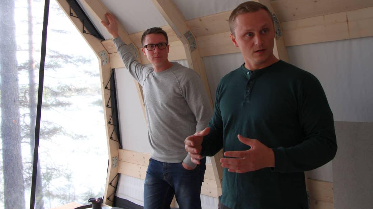 Janne Tyynismaa  (vas.) ja Markus Ahonen saivat idean telttaansa Sveitsin Alpeilla.