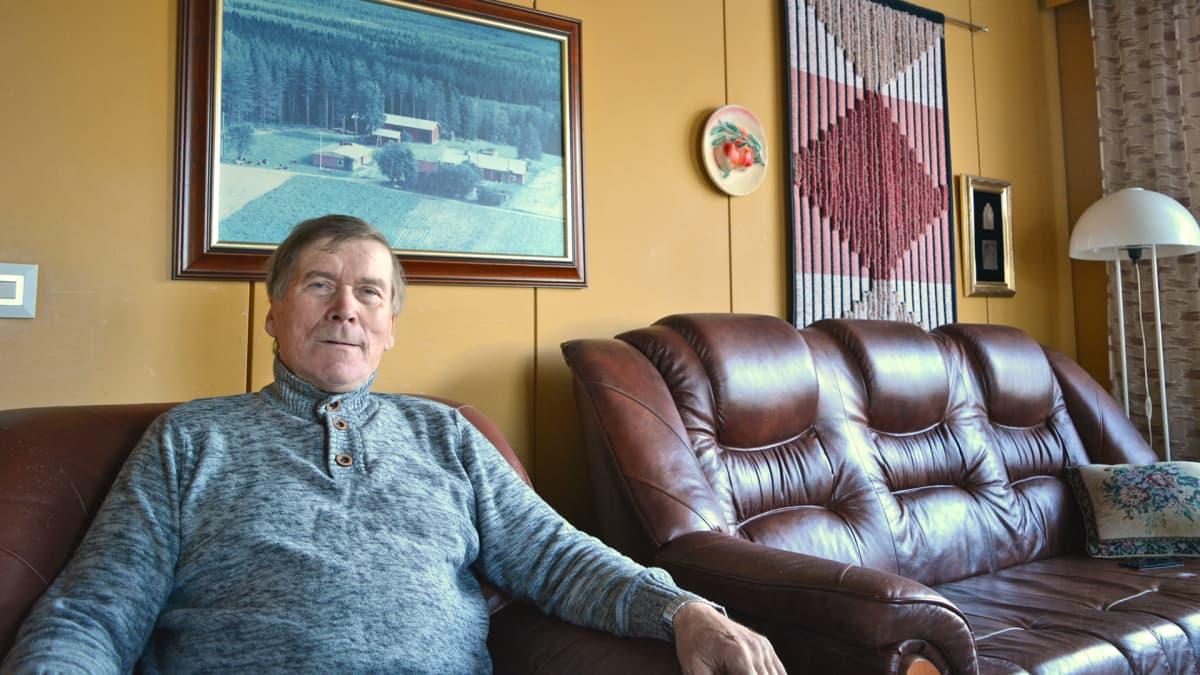 Maanviljelijä Erkki Tolonen kotonaan.