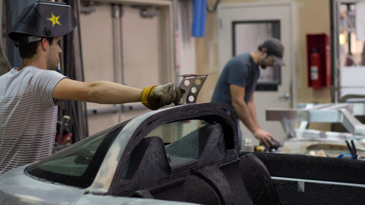 3D printattua autoa rakennetaan.