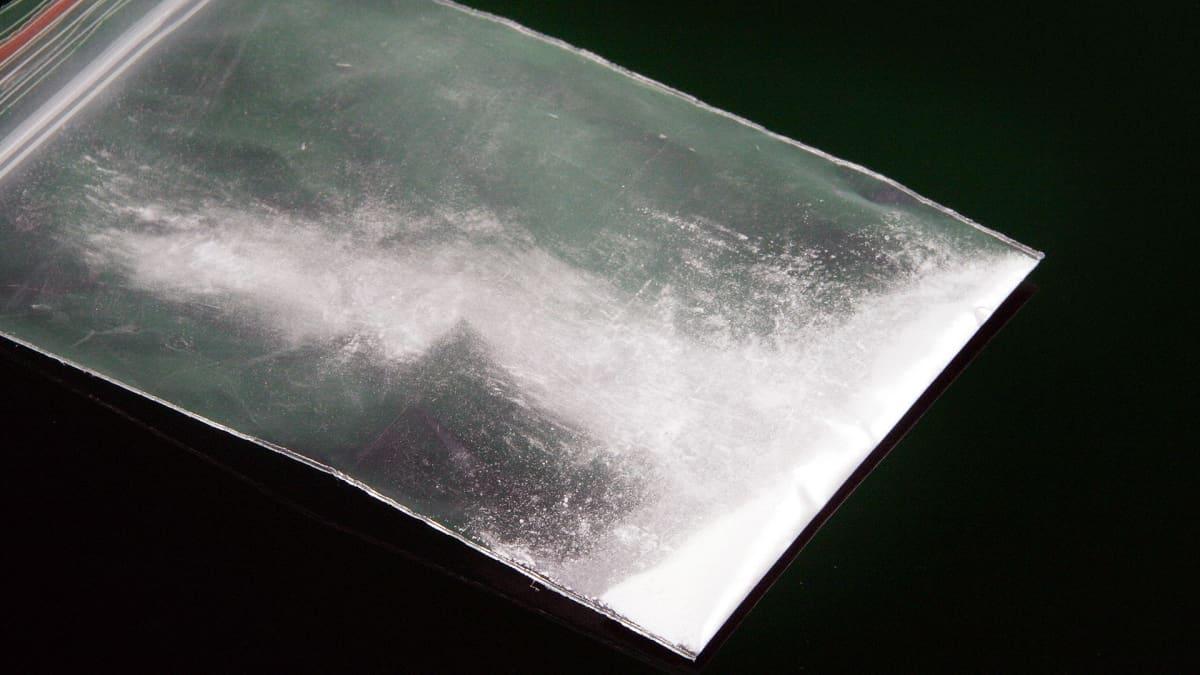 Valkoista pulveria pienessä pakastepussissa.