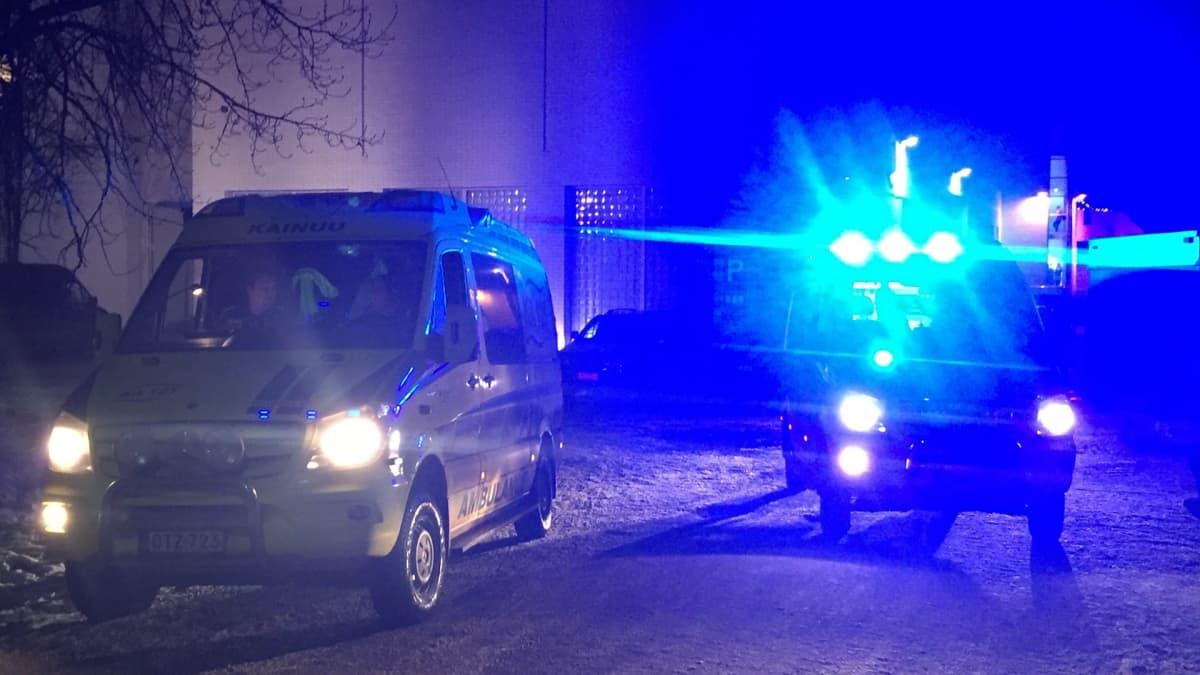 Ambulanssi Kajaanihallin edustalla.