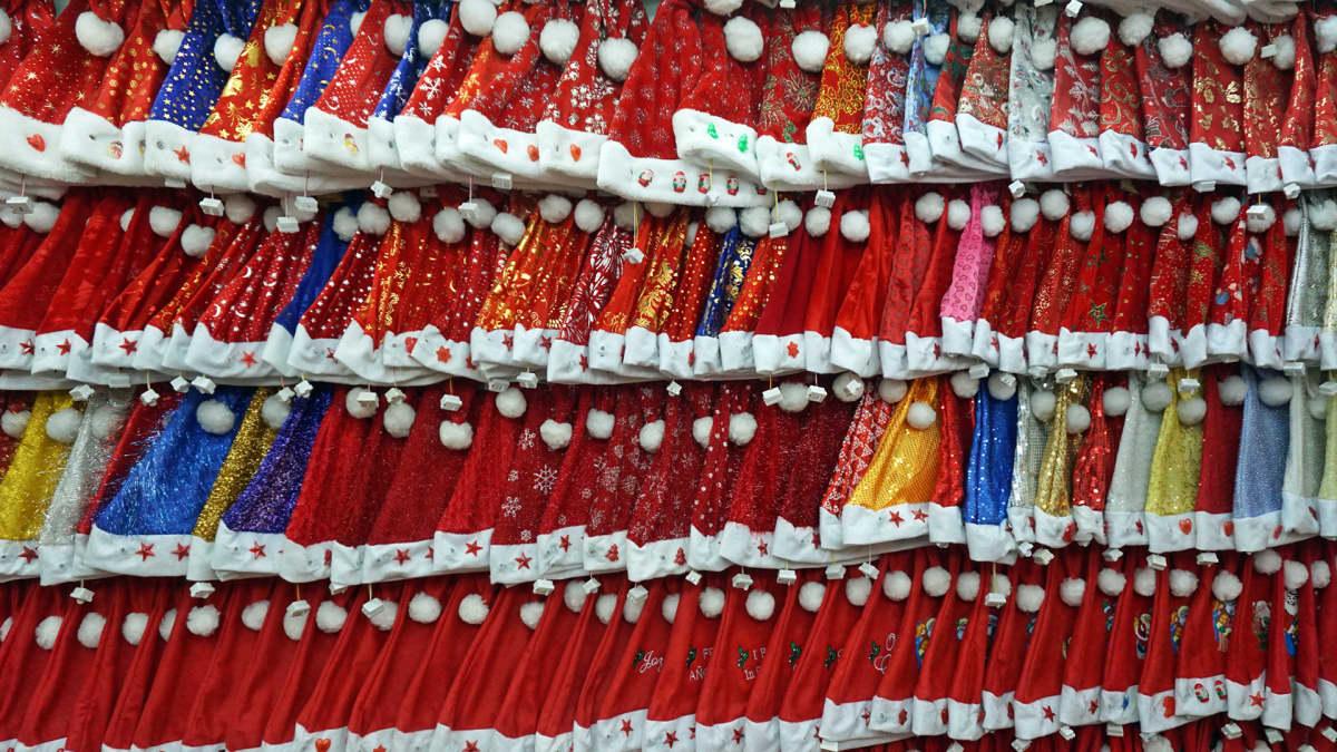 Joulupukinlakkeja Yiwussa Kiinassa.
