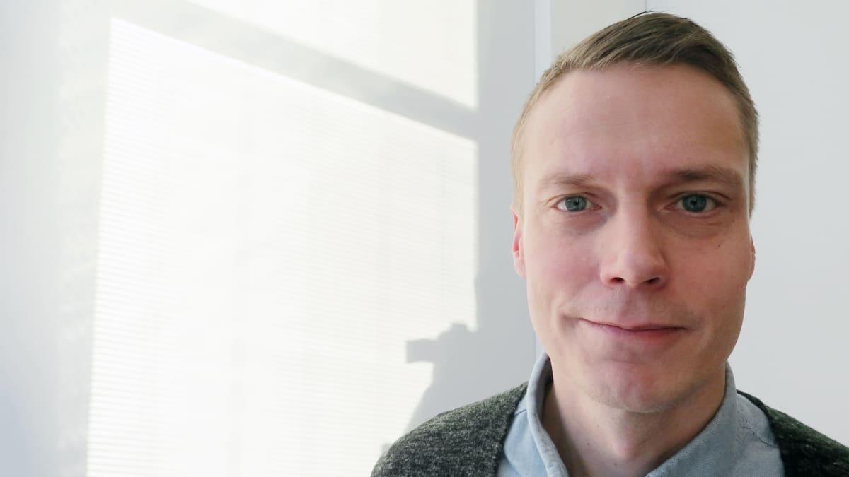 Atena Kustannuksen kustantaja-toimitusjohtaja Ville Rauvola.