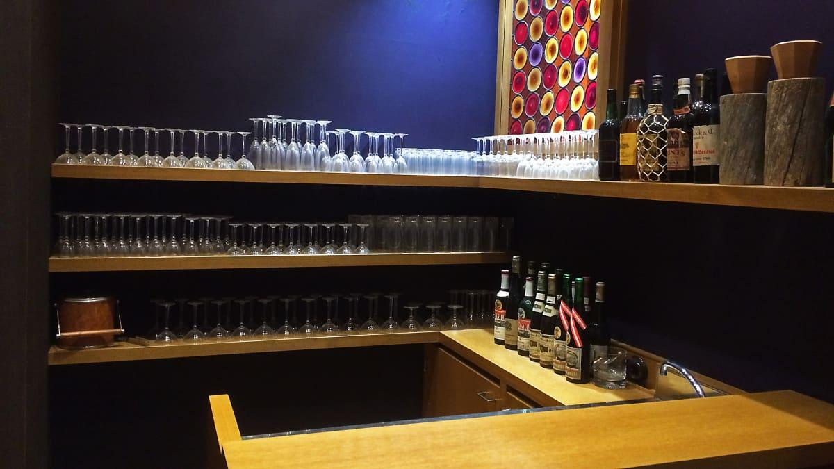 Tamminiemen baaria käytettiin, kun presidentti Kekkosella oli vieraita. Lasikokoelma on lahjoitus Nanny Stilliltä.