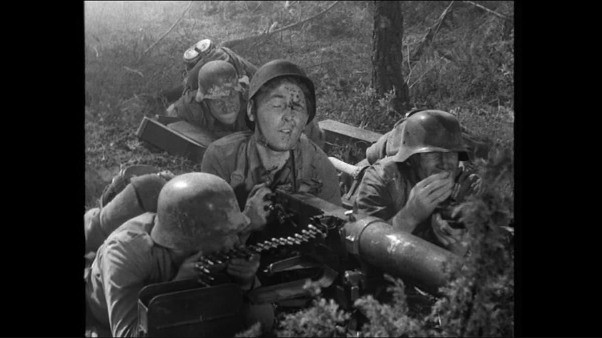 Aarni Valtosen esittämä konekiväärimies saa osuman otsaan elokuvassa Tuntematon sotilas