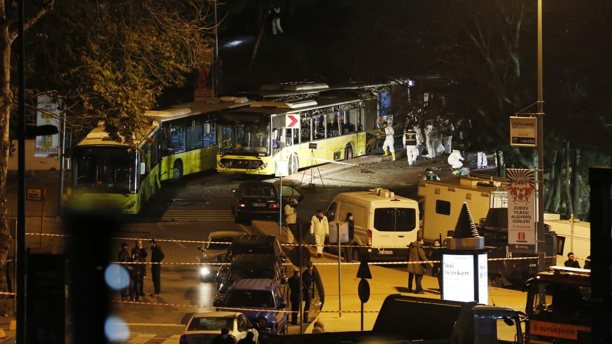 Poliisit tutkivat iskupaikkaa Istanbulissa.