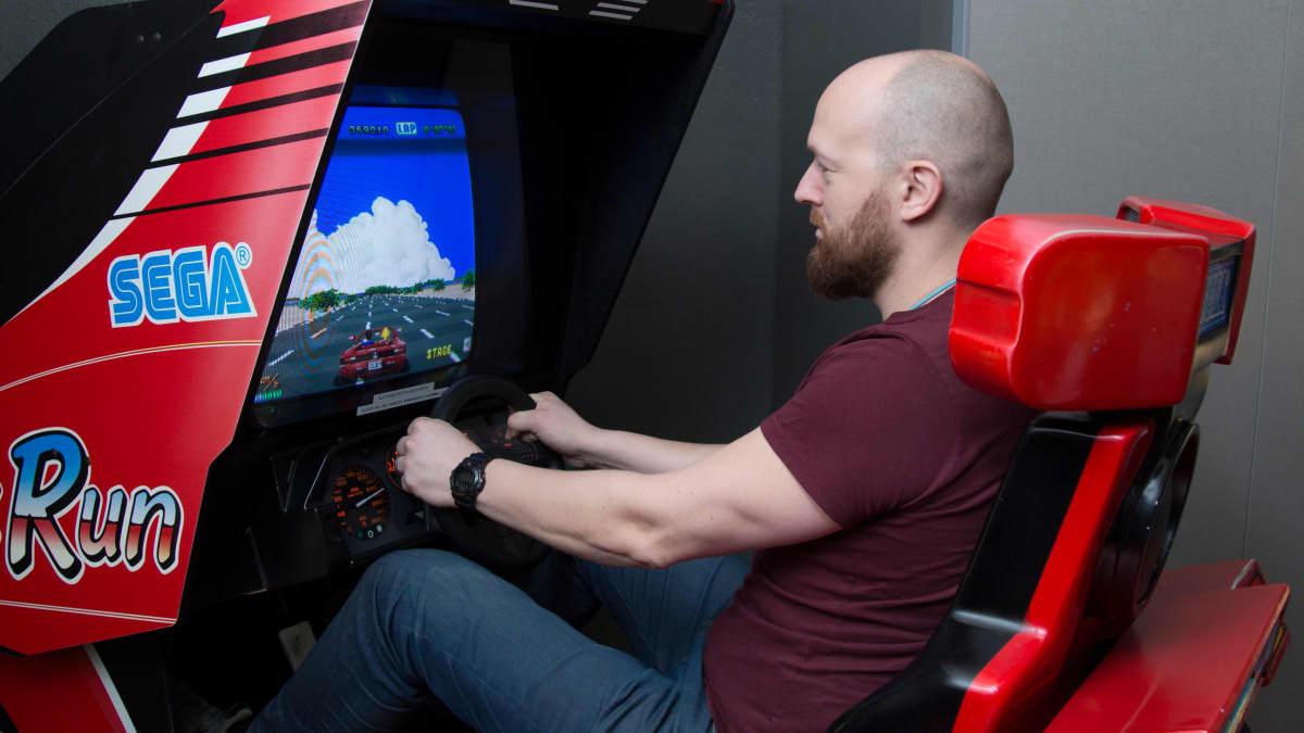 Mies pelaa Sega autopeliä